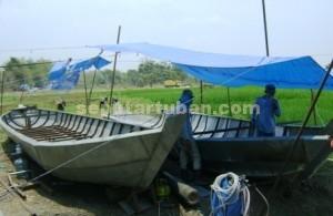 ALIH BAHAN : Pengrajin perahu menggunakan bahan baku besi agar harga jual tidak terlalu mahal