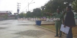 REKA KEBUTUHAN: Kepala Bidang Pertamanan Dinas PU Lilik Subijanto saat melakukan sidak di GOR Rangga Jaya Anoraga Tuban, Selasa (28/10/2014) siang.
