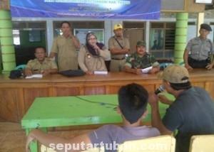 SOMASI: Perwakilan warga saat menggelar dialog dengan Kepala Desa Wanglu Wetan Helmi Hayati  dan Muspika Kecamatan Senori. (foto: ARIF AHMAD AKBAR)