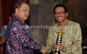 Direktur Utama PT Semen Gresik, Sunardi Prionomurti saat menerima penghargaan dari Menteri Perdagangan RI