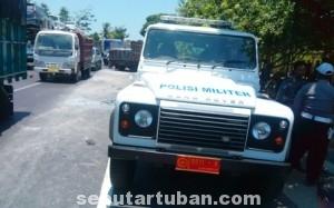 LAKA LANTAS : Personil Polisi Militer mendatangi lokasi kejadian kecelakaan yang melibatkan kendaraan umum dan rombongan kendaraan Paspampres