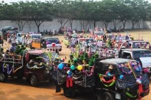 MELANGGAR ATURAN : Para siswa menaiki kendaraan bak terbuka untu pawai keliling Kerek