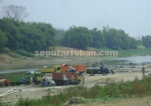 DIBIARKAN MENGANCAM : Inilah aktivitas tambang pasir sungai bengawan solo di Bojonegoro yang mengancam keselamatan warga Tuban