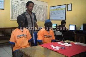JADI PEKERJAAN : Kedua tersangka dan barang bukti karnopen saat diruang Sat Resnarkoba Polres Tuban, Rabu (15/10/2014)