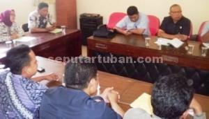 UMK 2015: Rapat yang melibatkan serikat pekerja, Kamar Dagang dan Industri (Kadin), Badan Pusat Statistik (BPS), Pemkab Tuban serta akademisi menetapkan angka Rp 1.485.000 untuk diajukan sebagai UMK Kabupaten Tuban tahun 2015.