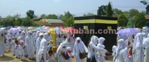 AURA POSITIF: Ribuan anak dari berbagai RA di Kabupaten Tuban mengikuti manasik haji, Senin (13/10/2014) pagi. (foto: ARIF AHMAD AKBAR)