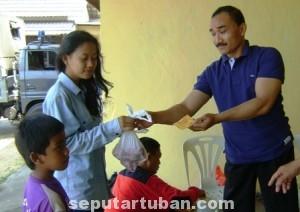 BERBAGI : Anggota Polres Tuban saat membagikan daging kurban kepada masyarakat