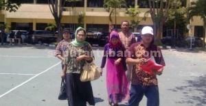 MENCARI KEADILAN : Keluarga korban pebunuhan saat melapor ke Polda Jatim, Selasa (21/10/2014) siang.