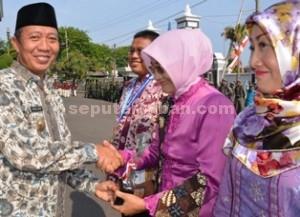 TANCAP GAS: Bupati Tuban Fathul Huda menyerahkan penghargaan usai upacara hari jadi, Rabu (12/11/2014) pagi.