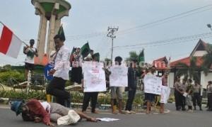 PRO RAKYAT: Gerakan mahasiswa kampus yang tergabung dalam HMI Cabang Tuban saat menggelar aksi demo, Kamis (20/11/2014) pagi.