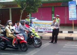 GIAT MENDIDIK : Anggota Sat Lantas Polres Tuban saat sedang menyampaikan himbauan kepada pengguna jalan