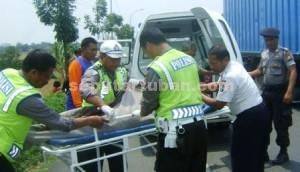 TEWAS SEKETIKA: Aparat Laka Lantas Polres Tuban tengah melakukan evakuasi terhadap korban tabrak lari di KM 19-20 jalan raya Desa Compreng, Kamis (20/11/2014) pagi.