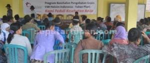 ANTUSIAS: Warga Desa Gaji Kecamatan Kerek mengikuti pengobatan gratis yang digelar PT Holcim Indonesia, Selasa (18/11/2014) siang.