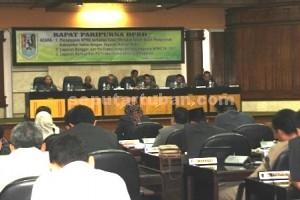 RAPAT PARIPURNA : Tukar guling aset Pemkab Tuban dengan Yayasan Bahrul Huda masih dipersoalkan sejumlah anggota dewan karena dinilai tidak melalui tahapan yang benar.