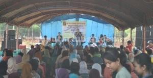 SEMANGAT: Ratusan warga Desa Margomulyo, Kecamatan Kerek, saat mengikuti reses anggota Fraksi Golkar Keadilan Sejahtera DPRD Tuban, Jumat (21/11/2014) siang.
