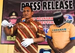 PENGEDAR SS : Kasat Resnarkoba Polres Tuban, Iptu Budi Frianto saat menunjukkan barang bukti sabu dan tersangka, Jumat (7/11/2014)