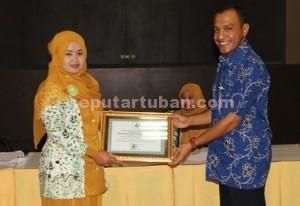 SINERGI : Ustadzah saat memberikan ucapan terima kasih kepada karyawan PT Semen Indonesi yang menerima kunjungan