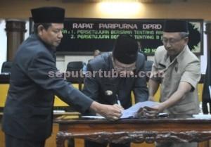 DISETUJUI : Bupati Tuban saat menandatangani persetujuan bersama APBD Tuban 2014 bersama Ketua DPRD Tuban didampingi Wakil Bupati Tuban