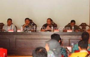 BERSATU : AKAD dan PPDI saat melaksanakan pertemuan membahas pelaksanaan UU Desa di Pendopo Balai Desa Jetak, Kecamatan Montong