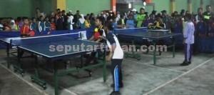 SEMANGAT: Sejumlah atlet tenis meja tengah berlaga menjaadi yang terbaik.