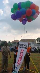 MEDIA KREATIVITAS: Balon udara yang akan dilepas ini menandai pembukaan Aksioma tingkat MI kelima yang diggelar di GOR Anoraga Jaya Tuban, Senin (22/12/2014) pagi.