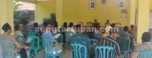 JALAN TERUS: Rapat penyusunan APB-Des 2015 yang digelar di Balai Desa Gaji, Kamis (18/12/2014) pagi.