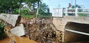 FASILITAS UMUM: Sebuah jembatan di Kecamatan Kerek ambrol akibat banjir bandang yang terjadi Sabtu (27/12/2014) malam.