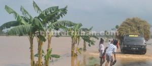 SUNGAI DADAKAN: Salah satu sudut jalan poros di Kecamatan Kerek pasca hujan turun.