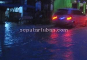 TERGENANG : Kondisi jalan Desa Temandang juga tergenang banjir