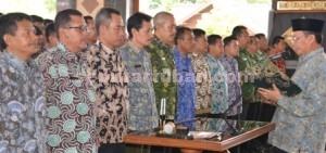 ANTISIPASI DINI: Bupati Tuban Fathul Huda mengukuhkan dewan penasehat FKMD di Pendopo Krido Manunggal, Rabu (10/12/2014) siang.