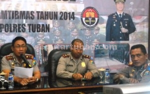 LAKA LANTAS MEINGKAT: Kapolres Tuban AKBP Ucu Kuspriyadi saat menyampaikan analisa dan evaluasi tahunan, Rabu (24/12/2014) siang.