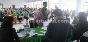 SUMRINGAH: Ratusan guru swasta saat menerima buku rekening TPG di Aula Asrama Haji Kabupaten Tuban, Kamis (4/12/2014) siang.
