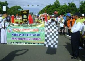 MERIAH : Kepala Kemanag Tuban saat memberangkatkan peserta drum band