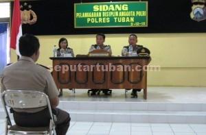 BERPOLEMIK : Anggota Polsek Soko sedang mengikuti sidang pelanggaran disiplin di ruang serbaguna Mapolres Tuban, Kamis (02/12/2010) dalam kasus penembakan Rambi