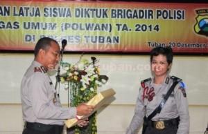 SELESAI : Wakapolres Tuban, Kompol Ali Mahfudz saat memberikan cindera mata kepada perwakilan Polwan