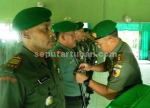 PENYEGARAN : Dandim 0811 Tuban, Letkol Kav. Rahyanto Edy Yunianto saat melakukan serah terima jabatan