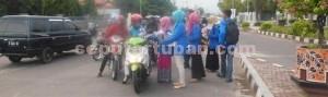 CINTA IBU: Aktivis perempuan PMII komisariat Universitas Ronggolawe tengah membagikan bunga di Jalan Panglima Sudirman Tuban, Senin (22/12/2014) sore.
