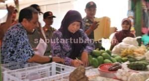 GAK NYANGKA: Kalau PNS perempuan ini tertangkap operasi saat sedang berbelanja, Kamis (18/12/2014) pagi.