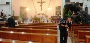 ANTISIPSAI BOM: Dua anggota tim penjinak bom (jibom) Sat Brimobda Polda Jatim tengah melakukan penyisiran di ruang misa Gereja Santo Petrus, Jalan Panglima Sudirman Tuban, Rabu (24/12/2014) sore.