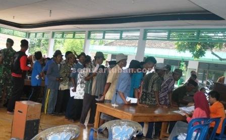 PROGRAM BERMASALAH : Warga saat mengantri pencairan dana PSKS di Kantor Kecamatan Kerek, Kamis (11/12/2014)