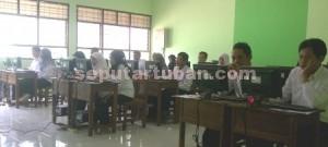 ADU NASIB: Para tes CPNS 2014 hari ke-9 yang digelar di Tuban, Selasa (09/12/2014) siang.