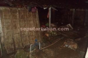 RUSAK PARAH : Rumah milik Tursimi, warga Dusun Jaten, Desa Guwoterus, Sabtu (27/12/2014) malam jebol. Harta benda dan seluruh perabot dapur lenyap terhanyut