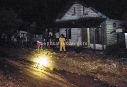 CAMPUR KERIKIL : Kondisi halaman rumah warga dipenuhi tanah bercampur bebatuan yang terbawa air bah. Hingga Jumat (05/12/2014) malam belum dibersihkan