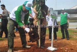 HIJAUKAN ALAM : Sekretaris Daerah Propinsi Jawa Timur, Akhmad Sukardi saat melakukan penanaman pohon dilokasi acara, Selasa (23/12/2014)