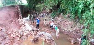 KARYA BAKTI: Jajaran Koramil Tuban langsung turun ke Tanggul Jambon pasca banjir bandang yang menggerus Kabupaten Tuban, Selasa (30/12/2014) pagi.