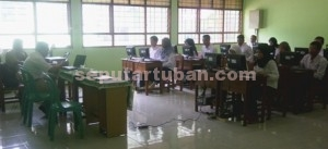 TES CPNS 2014: Para peserta dengan serius mengerjakan soal di salah satu ruang kelas SMKN 1 Tuban, Selasa (02/12/2014) siang.