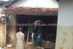 RUSAK PARAH : Kondisi rumah milik Mariati tinggil dinding samping akibat diterjang banjir bandang