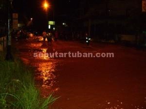 JADI SUNGAI : Kawasan jalan Letda Soetjipto Tuban juga terendam banjir, hingga melumpuhkan aktivitas warga dan pengguna jalan, Sabtu (27/12/2014)