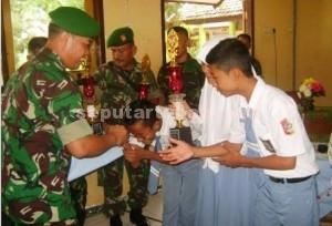 PRESTASI : Perwakilan juara saat menerima piala dari Dandim 0811 Tuban, Letkol Kav. Rahyanto Edy Yunianto