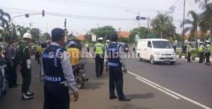 Aparat Dinas Perhubungan 9Dishub) Kabupaten Tuban saat menggelar razia kendaraan angkutan umum, Selasa (09/123/2014) siang.